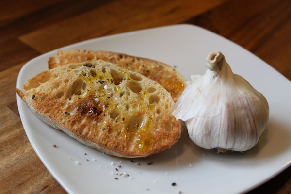 Hvidløgsbrød med solsikkeolie fra fuensol